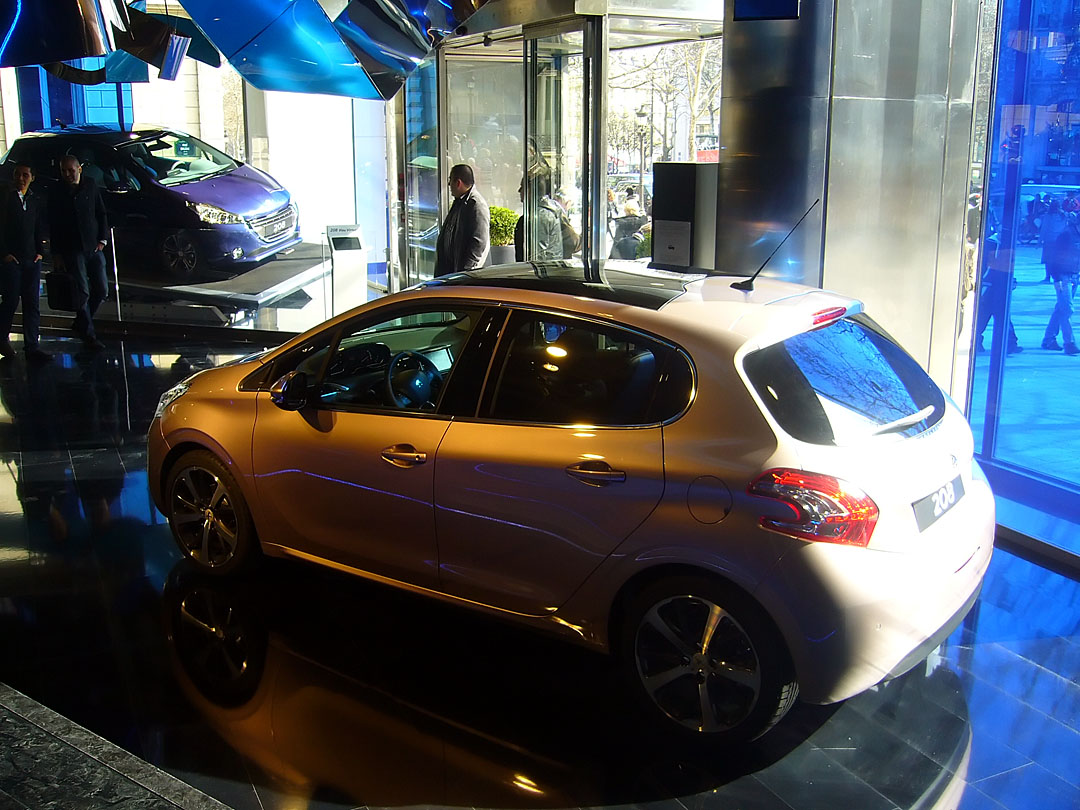 208 au peugeot avenue paris divers peugeot 208 for Garage peugeot paris 17